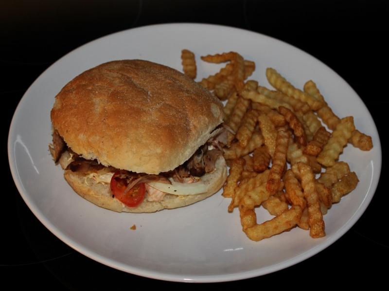 hamburger med pulled pork  og coleslaw