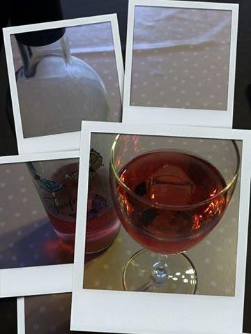 vinflaske med sommerfugler på