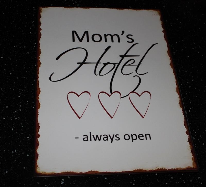 skilt med mom's hotel always open