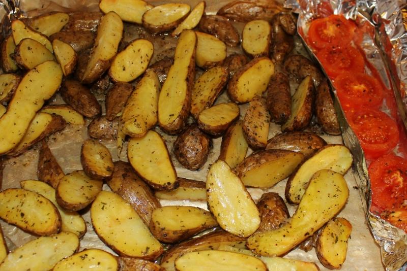 saltstekte poteter med tomater